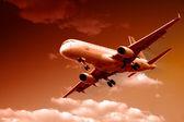 Jet samolot lądujący w zmierzchu, panoramiczny — Zdjęcie stockowe