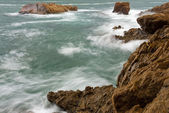 Waves crashing into rocks — Stok fotoğraf