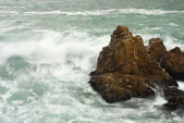 Waves crashing into big rocks — Stock Photo