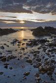 Coucher de soleil sur l'eau rocheux — Photo