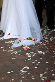 Wedding dress with petals — Stockfoto