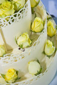 White wedding cake with roses — Stockfoto