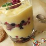 Vanilla pudding with berries — Stock Photo