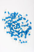 таблетки капсулы на белом — Стоковое фото