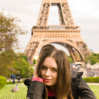 Beautiful young woman near to Eiffel Tow — Stock Photo