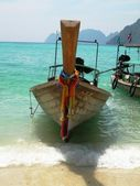 Traditional thai boat at the beach — Stock Photo