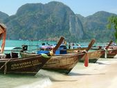 Traditional thai boats at the beach — Stock Photo
