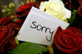 Bouquet of roses with apology card — Stock Photo