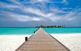 Iskelede bir tropikal plaj — Stok fotoğraf