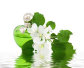 Perfume bottle and flowers — Stockfoto