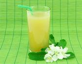 Vaso de jugo de manzana fresca — Foto de Stock