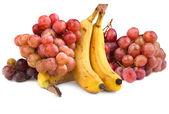 Photo de bananes et raisins rouges — Photo