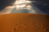 Sky split over the desert sand — Stock Photo
