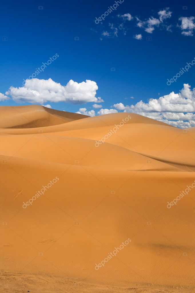 Sand dunes and cumulus clouds over them, Erg Chebbi, Morocco  — Stock Photo #2181771