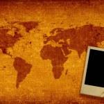 Всемирная карта и фото рамка — Стоковое фото