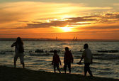 Family sunset stroll — Stock Photo