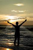 崇拜者反对在海滩上的令人难以置信的夏天日落景色,人不是 identifable — 图库照片