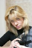 Mooie vrouw te houden in de hand pistool — Stockfoto