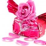 bel regalo avvolto con rosa — Foto Stock