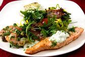 Weißen teller mit köstlichen speisen — Stockfoto