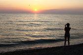 Dziewczyna Silhouette na wybrzeże — Zdjęcie stockowe