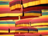 Genieten van onder kleurrijke parasol — Stockfoto