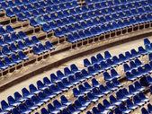 Amphiteatar с голубой стулья — Стоковое фото