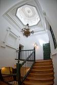 верхней части лестницы в величественном доме — Стоковое фото