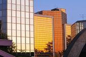 Gün batımı modern binada yansıtan — Stok fotoğraf
