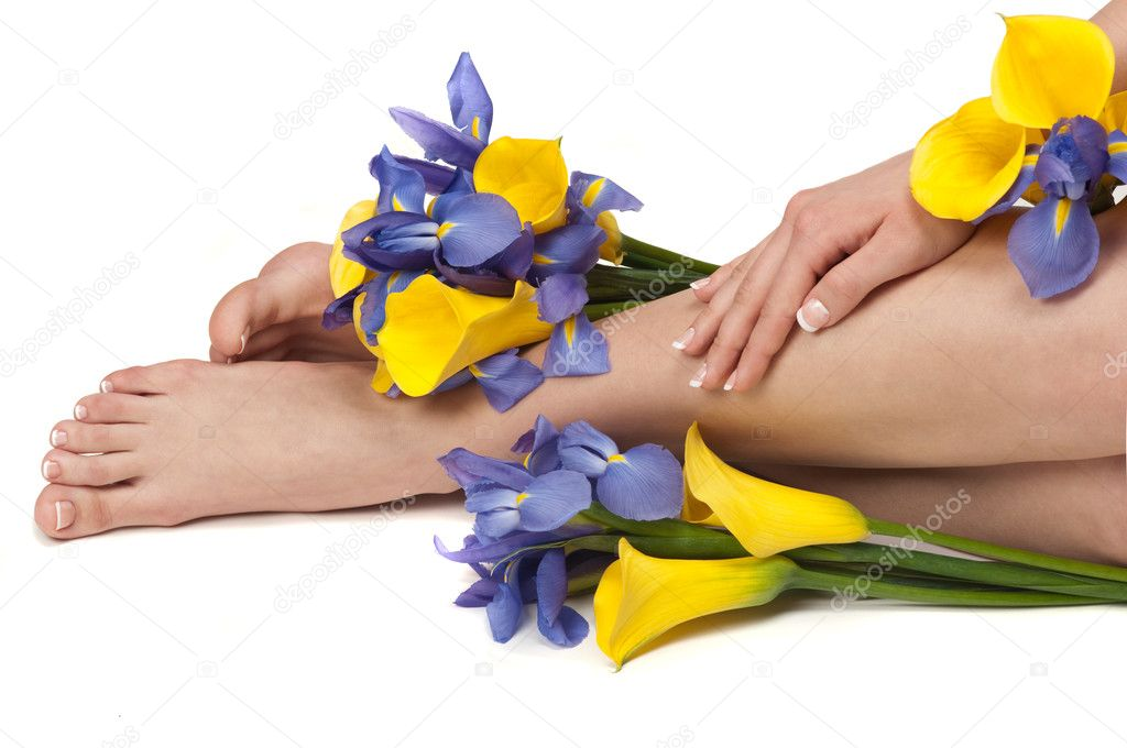 Pedicured feet, manicured hands and aromatic flowers in a spa — Stock Photo #2217431