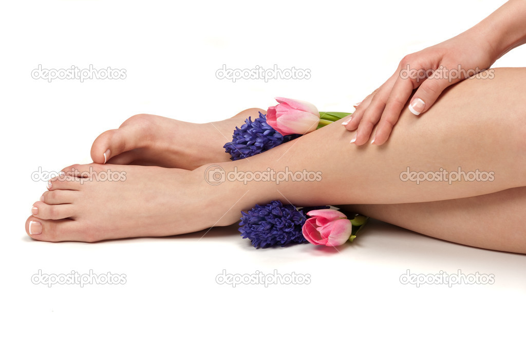 Pedicured feet, manicured hands and aromatic flowers in a spa — Stock Photo #2217483