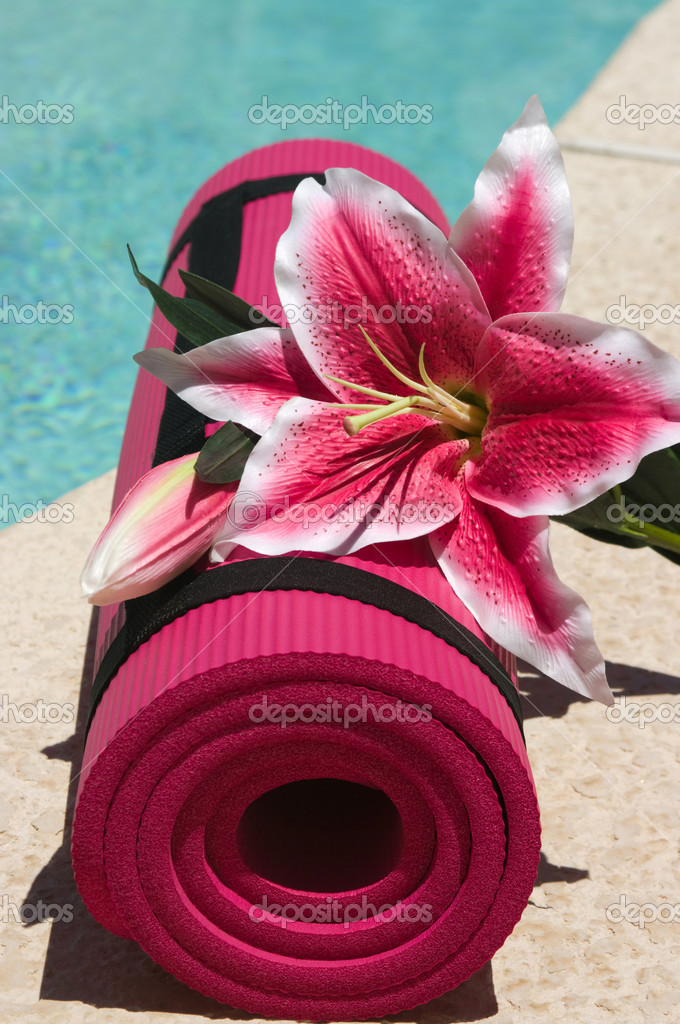 Yoga mat and a beautiful lily near a pool — Stock Photo #2300182