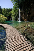 Footbridge and waterfall- plitvice lakes — Stock Photo