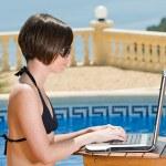 tjej i bikini med laptop — Stockfoto