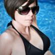 söt brunett tjej solglasögon — Stockfoto