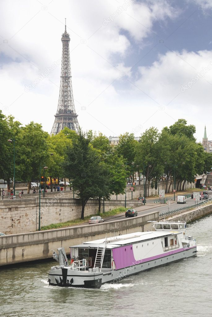Quay of the Seine river and Eiffel tower in Paris, France. — Stock Photo #2504550