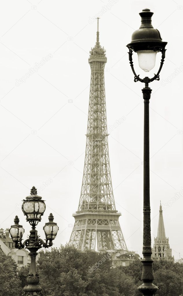 Street lanterns on the Alexandre III Bridge against the Eiffel Tower in Paris, France. — Stock Photo #2504584