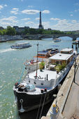 Quay of the Seine river and Eiffel tower in Paris, France. — Stock Photo