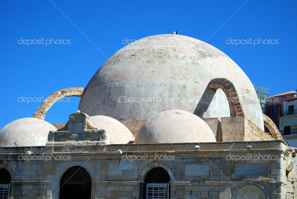 A view of the mosque at the port of chania on the Greek isle of Crete — Stock Photo #2300683