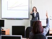 Capacitación corporativa - mujer presenta — Foto de Stock