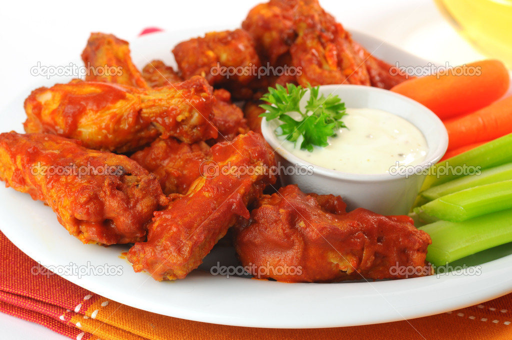 Hot and spicy buffalo chicken wings with fresh vegetables. — Stock Photo #2225816