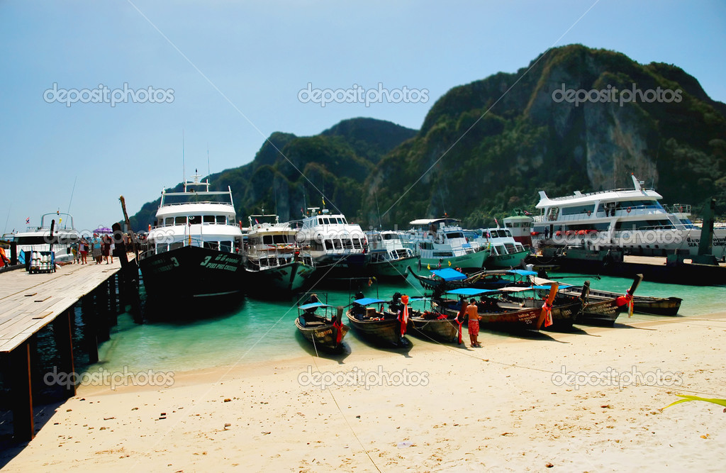 Port on the island of Phi Phi, Thailand — Stock Photo #2240115