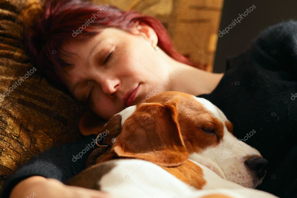 The woman who has fallen asleep with the puppy,focus on a dog — Stock Photo #2260444