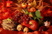 Naturaleza muerta y la decoración de cosecha o mesa de acción de gracias — Foto de Stock