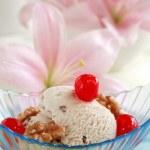 Walnut ice cream — Stock Photo