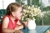 Little girl with chamomile — Stock Photo