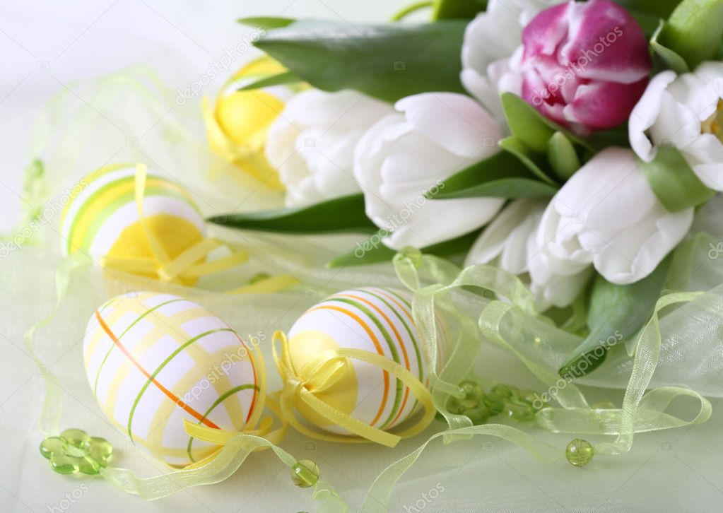 Table decoration for Easter with eggs and white tulips — 图库照片 #2287137