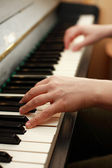 Hands playing piano — Stockfoto