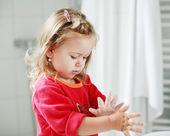 Pequeña niña lavándose sus manos — Foto de Stock