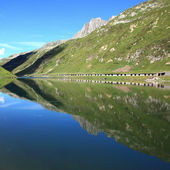 Lake with mountain reflections — Stock Photo